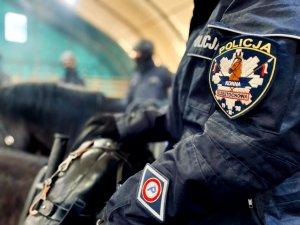 naszywka na ramieniu kurtki policjanta z napisem policja konna Czestochowa